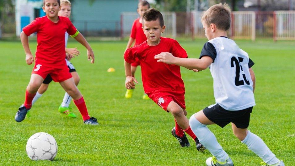 Ubiór i kąpiel to podstawa dla młodego piłkarza. Niestety, rodzice rzadko o tym pamiętają lub zwyczajnie to lekceważą
