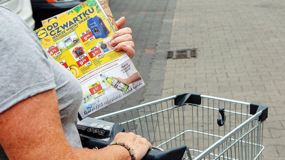 Polskiego seniora nie tak łatwo oszukać. Dokładnie sprawdza promocje i porównuje ceny na półce