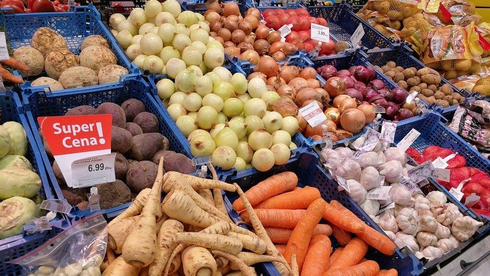 Konsumenci: Warzywa i owoce w promocji głównie kupujemy w dyskontach. Bez zniżek – na bazarach