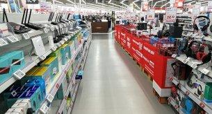 Sklepy stacjonarne z elektroniką idą w odstawkę. Polacy traktują je jak wystawy, a kupują w Internecie