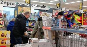W których sklepach w weekend Polacy najdłużej postoją w kolejkach? Badacze to sprawdzili