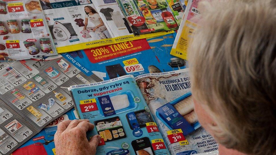 ANALIZA: Sieci drastycznie zwiększyły nakłady i objętość gazetek. Wszystkiemu jest winny zakaz handlu