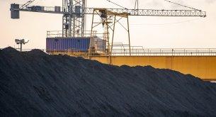 BADANIE: Polacy zmieniają nastawienie. Ponad połowa jest za wprowadzeniem zakazu palenia węglem