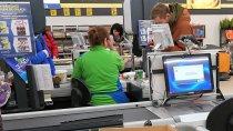 BADANIE: Kasjerzy chcą zarabiać nawet 15 proc. więcej. Będą strajki i utrudnienia w handlu?