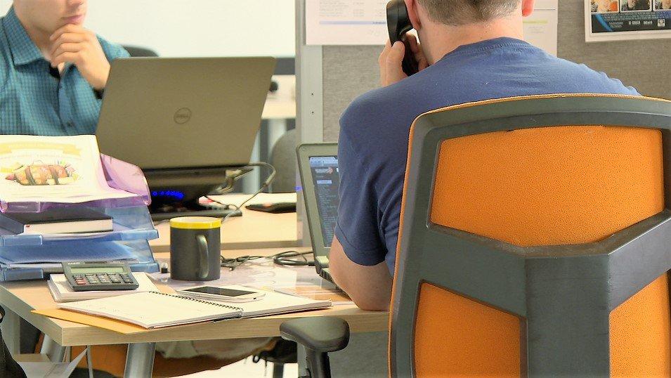 ANALIZA: Spada liczba ogłoszeń o pracę dla informatyków. Pracodawcy szukają ich w inny sposób