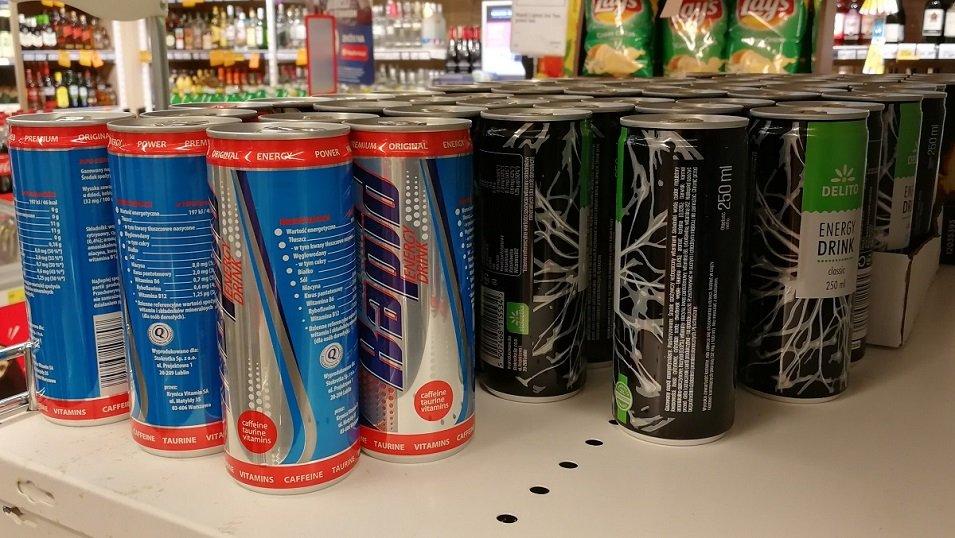 Pat z napojami energetycznymi w tle. Sprzedaż i promocja rośnie, ale mało kto widzi w tym problem