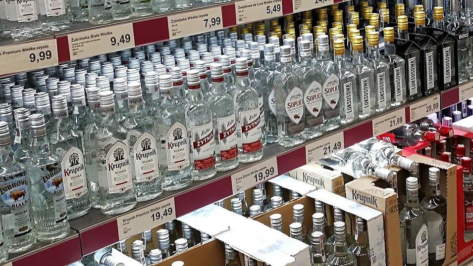 ANALIZA: Sklepy promują mniej mocnych alkoholi. Wódka nadal liderem, choć ze spadkiem. Zyskuje gin i rum