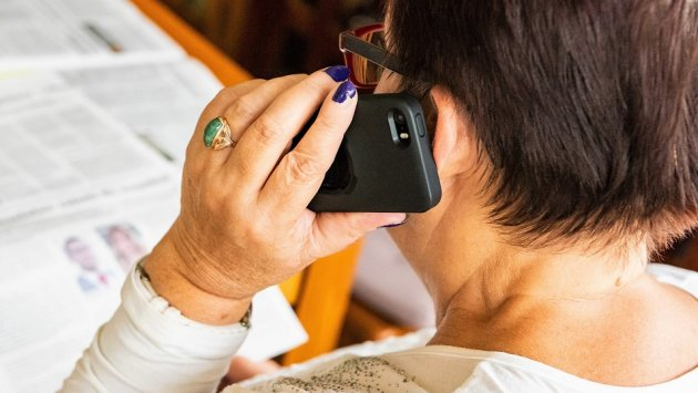 """Producenci będą """"rozdawać"""" smartfony za oglądanie reklam? Ekspert: To bardzo możliwy scenariusz"""