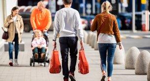 BADANIE: Zakaz handlu w niedziele nadal dzieli Polaków. Najbardziej emerytów i ludzi w średnim wieku