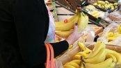 """ANALIZA: Sklepy kręcą cenami bananów. Drożeją tylko te """"z wyższej półki"""". Gorszego gatunku stoją w miejscu"""
