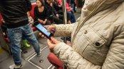 W komunikacji miejskiej Polacy głównie czytają o polityce. Sięgają też po rozrywkę i plotki