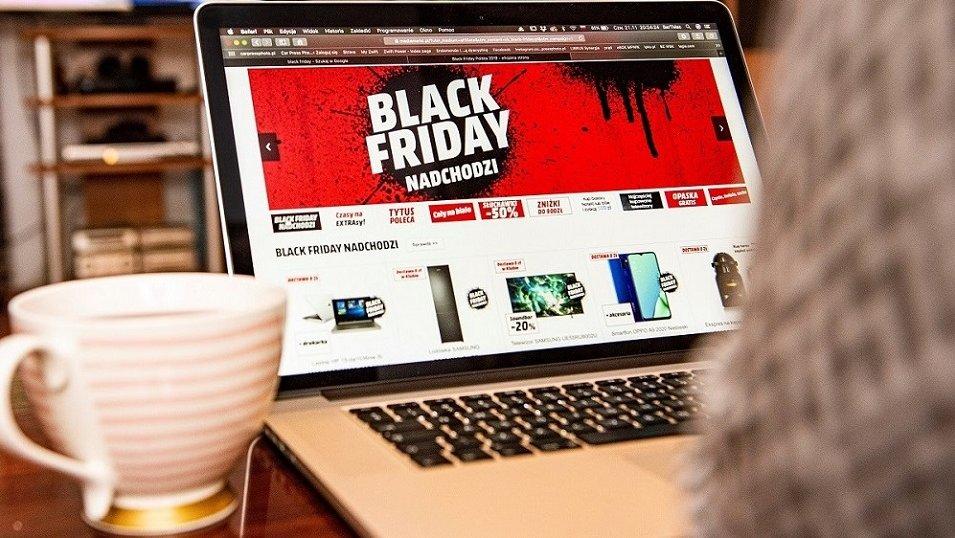 Młodzi Polacy podzieleni w sprawie Black Friday: Sklepy dają słabe oferty. Więcej jest też szumu niż korzyści