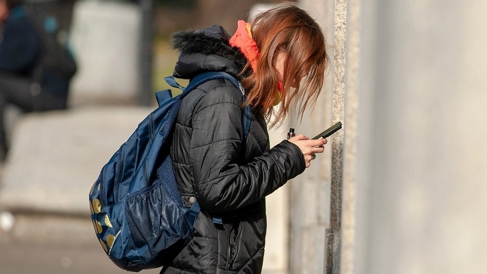 BADANIE: Młodzi Polacy nie rozstają się z telefonami. Mają je w rękach nawet kilka godzin dziennie