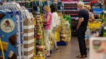 Skutki pandemii: Polacy są za wprowadzeniem czasowego zakazu dotykania towarów w sklepach