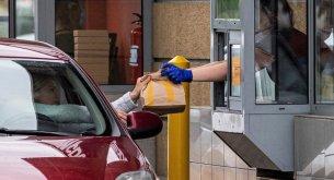BADANIE: Fast foody głównie odwiedzają ludzie od 25. do 34. roku życia. Najmniej jest seniorów