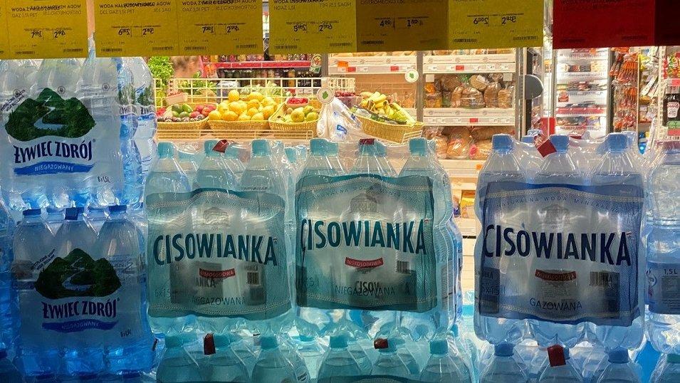 ANALIZA: Woda mineralna latem najdroższa w dyskontach. Ceny poszły w górę blisko o 20%