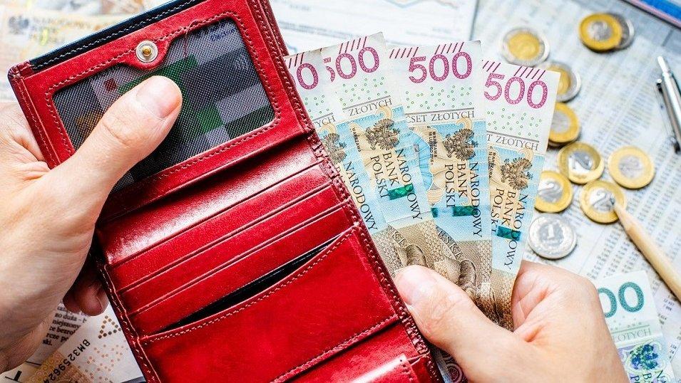 Nastroje konsumenckie lekko się poprawiają. W drugim kwartale Polacy bardziej poluzują wydatki